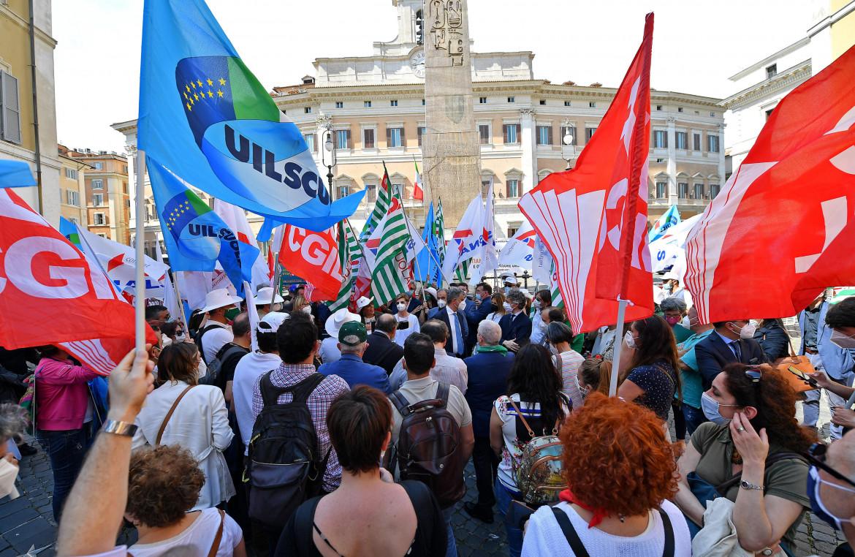 Il presidio dei sindacati della scuola a Montecitorio