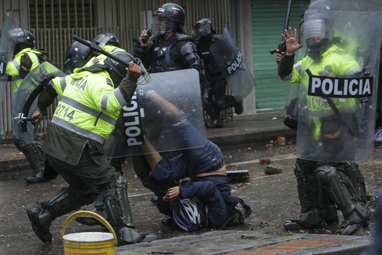 Manifestanti pestati dalla polizia durante una protesta in Colombia