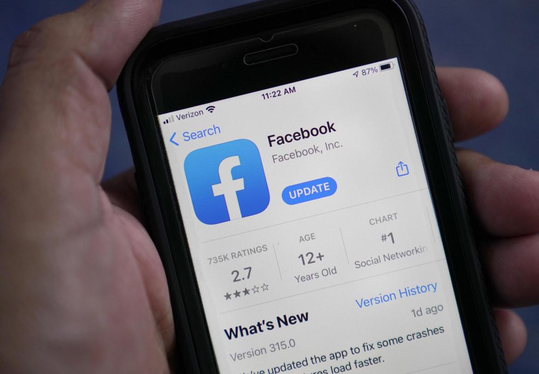 Schermata del telefono sulla app di Facebook
