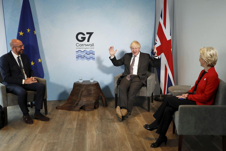 Boris Johnson con Ursula von der Leyen e Charles Michel