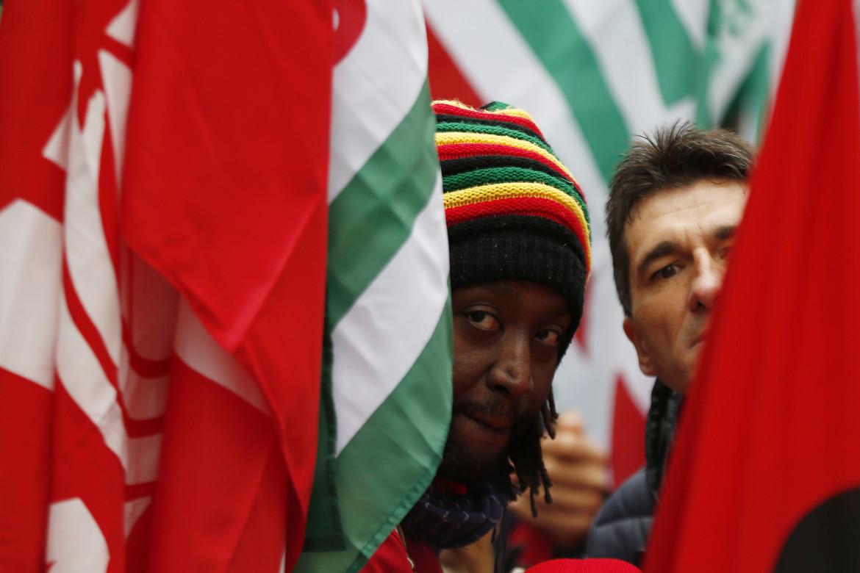 Due lavoratori ad una manifestazione sindacale di Cgil, Cisl e Uil