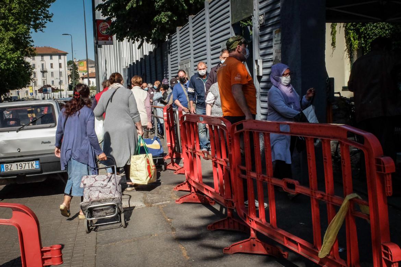 Milano, distribuzione di pacchi di cibo da parte dell'associazione Pane Quotidiano