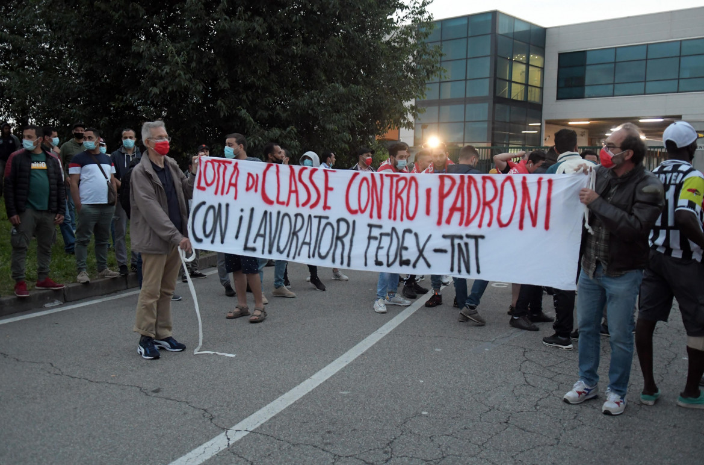 Una protesta dei Cobas contro FedEx