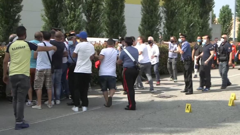 I parenti di Adil Belakhdim scortati dai carabinieri davanti al magazzino Lidl di Biandrate (Novara)