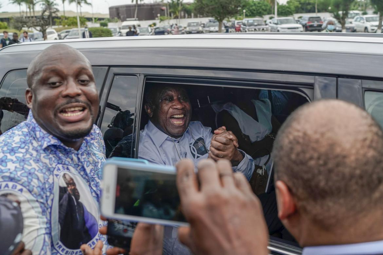 Laurent Gbagbo tra la folla. sulla strada tra l'aeroporto e la sua base a nord di Abidjan