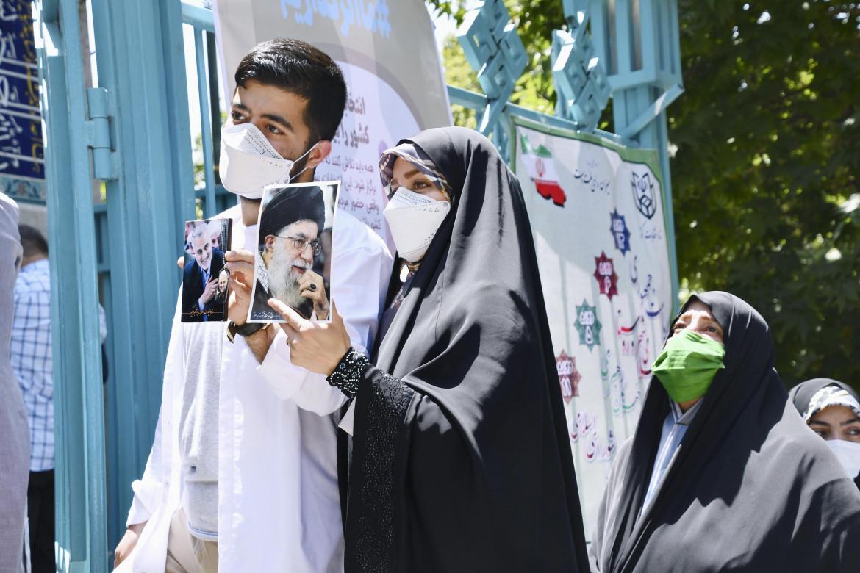 Una sostenitrice di Ebrahim Raisi il giorno del voto