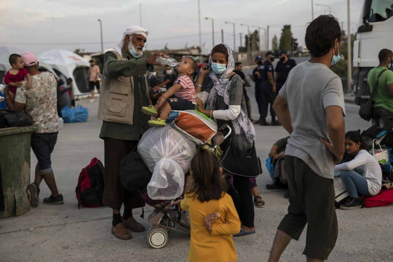 Isola di Lesbo, Grecia. Famiglia di rifugiati afghani dopo l'incendio che ha distrutto il campo di Moria