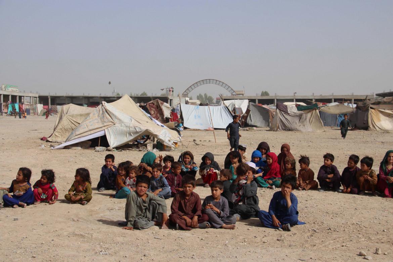 Tanti bambini tra gli sfollati a causa dei conflitti tra forze di sicurezza e talebani nella provincia di Helmand