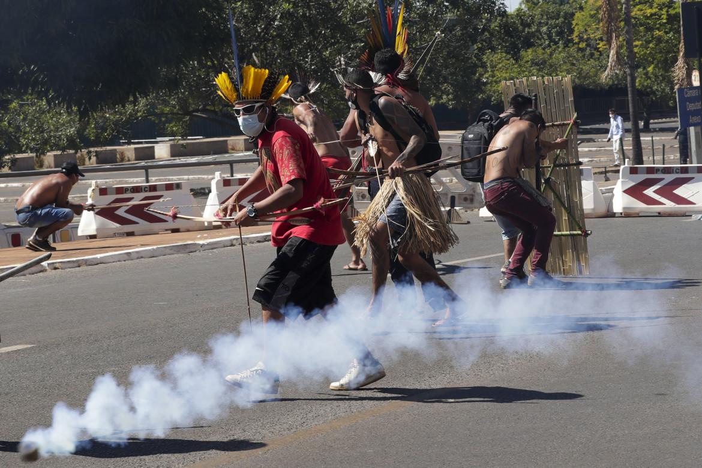 Gas lacrimogeni sugli ndigeni che manifestano fuori dal Congresso a Brasilia
