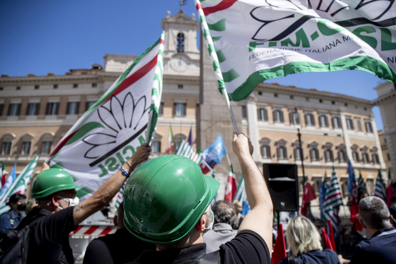 Attivisti della Cisl davanti a Montecitorio