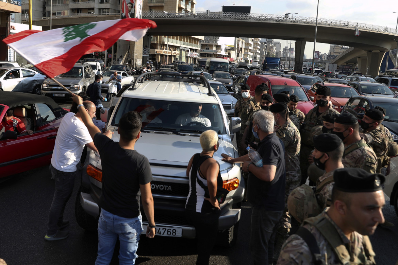 Una strada bloccata dai manifestanti a Jal el-Dib, nord di Beirut