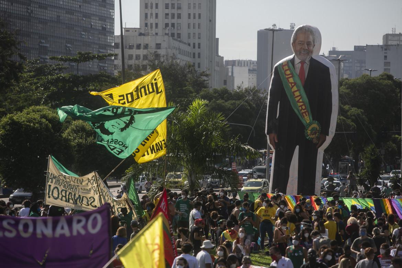 Rio de Janeiro, un Lula gigante durante una manifestazione anti-Bolsonaro