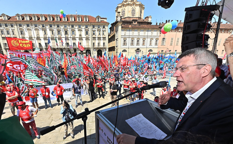 Maurizio Landini nel suo comizio finale da piazza Castello a Torino
