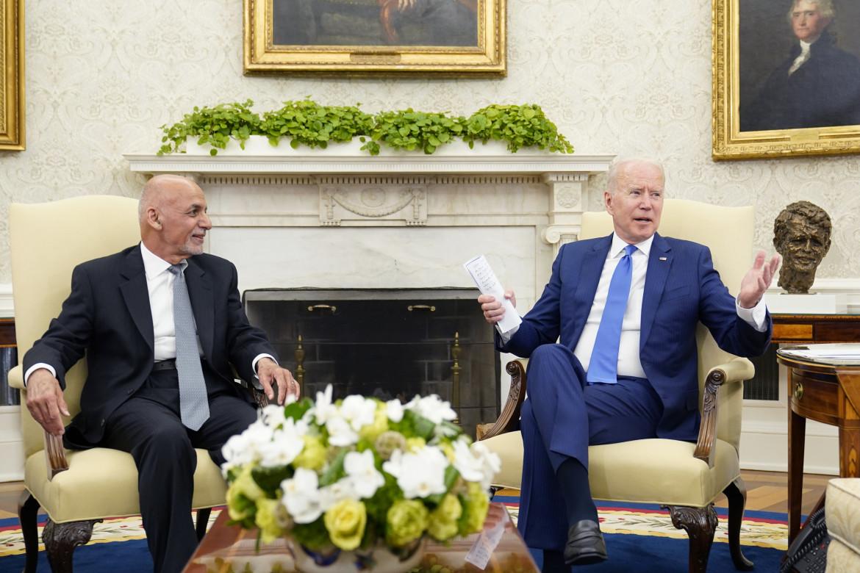 Il presidente afghano Ashraf Ghani accolto alla Casa bianca da Joe Biden