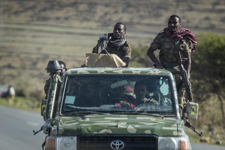 Soldati governativi etiopi su una strada vicino Agula, a nord di Makallè