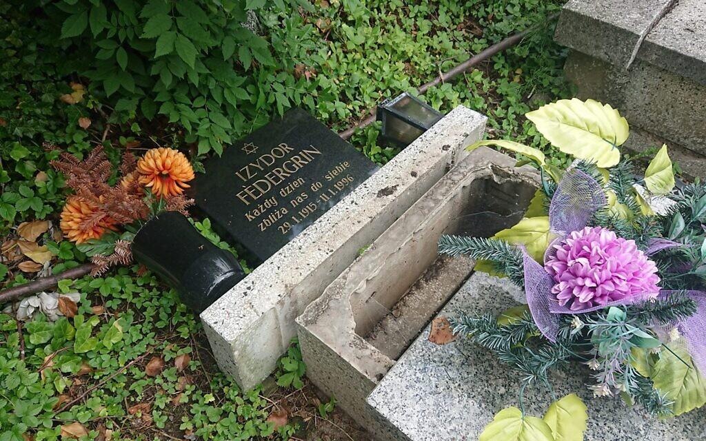 Le lapidi vandalizzate al cimitero ebraico di Bielsko-Biała