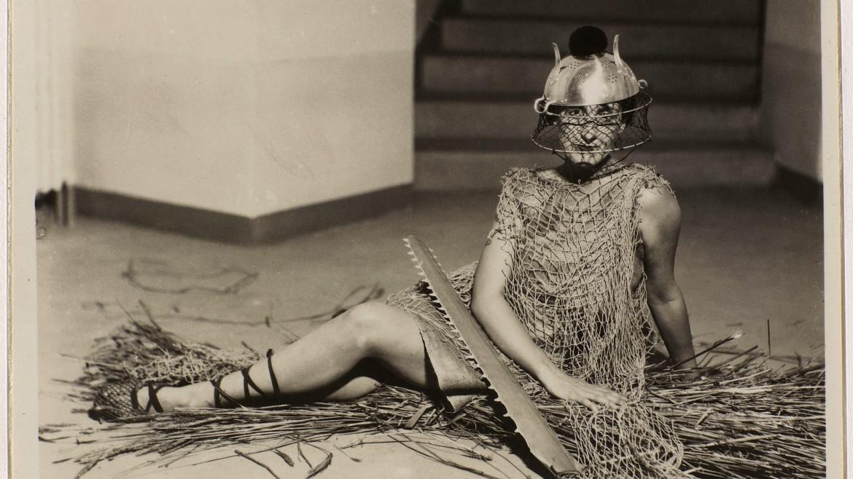 Fotografia di Man Ray  dalla serie Bal  au château des Noailles, 1929 ca.