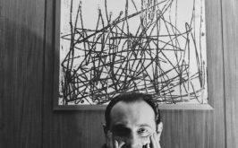 Leone Piccioni negli anni settanta nel suo ufficio di vicedirettore Rai a Viale Mazzini il quadro alle spalle di Venturino Venturi