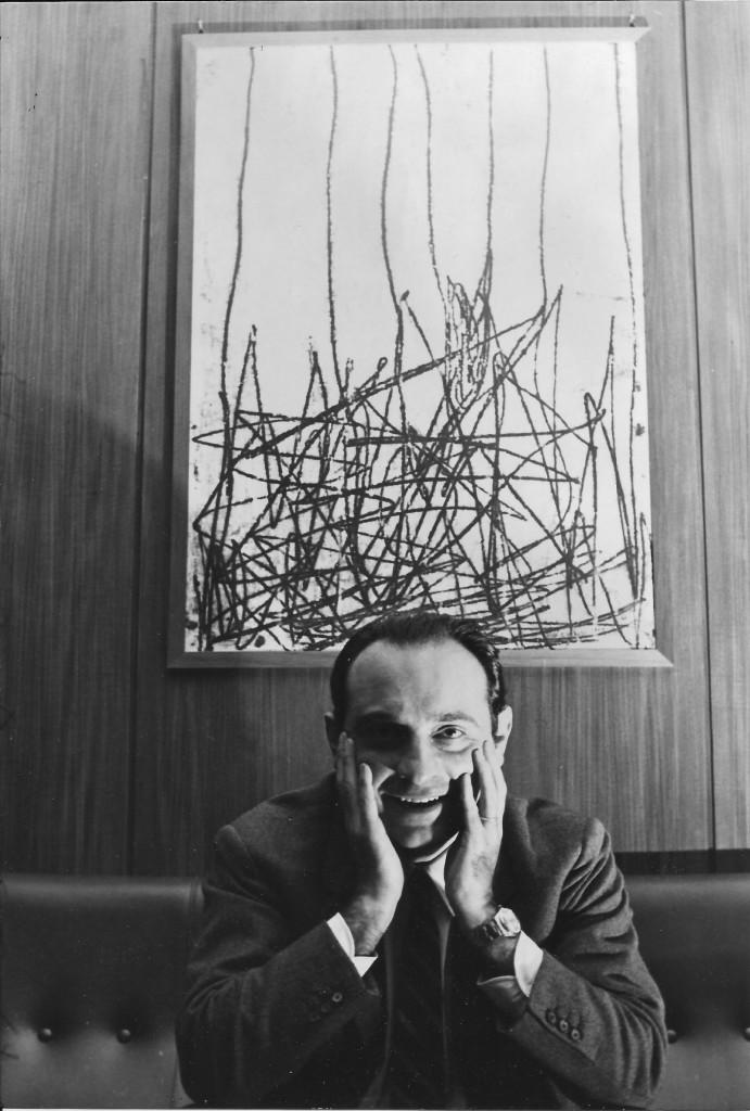 Leone Piccioni  negli anni settanta  nel suo ufficio  di vicedirettore Rai  a Viale Mazzini: il quadro alle spalle è di Venturino Venturi