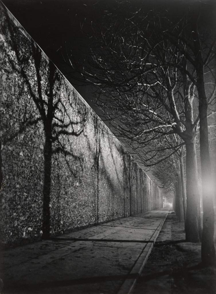 Nella foto di Brassaï, Muro della prigione La Santé, Parigi, 1932