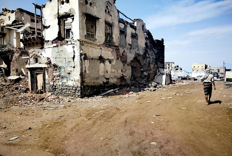 Un edificio distrutto dai bombardamenti della coalizione a guida saudita a al-Mokha