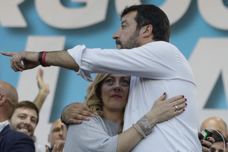 L'abbraccio di Giorgia Meloni e Matteo Salvini in piazza nel 2019