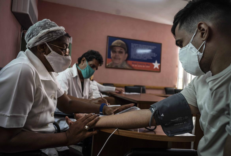L'Avana, monitoraggio di un infermiere appena vaccinato con Soberana 02