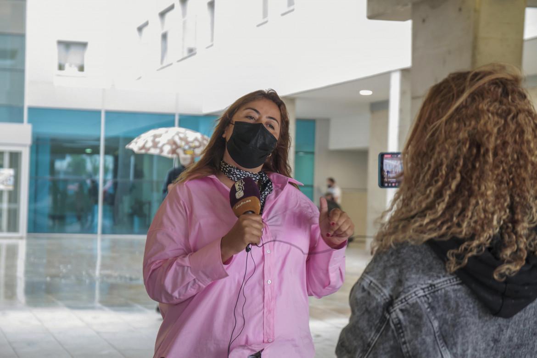 Una giornalista del canale marocchino ChoufTV di fronte all'ospedale spagnolo in cui è ricoverato il presidente della Repubblica araba saharawi democratica