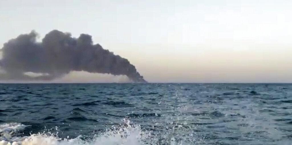 La nave Kharg in fiamme vista da lontano