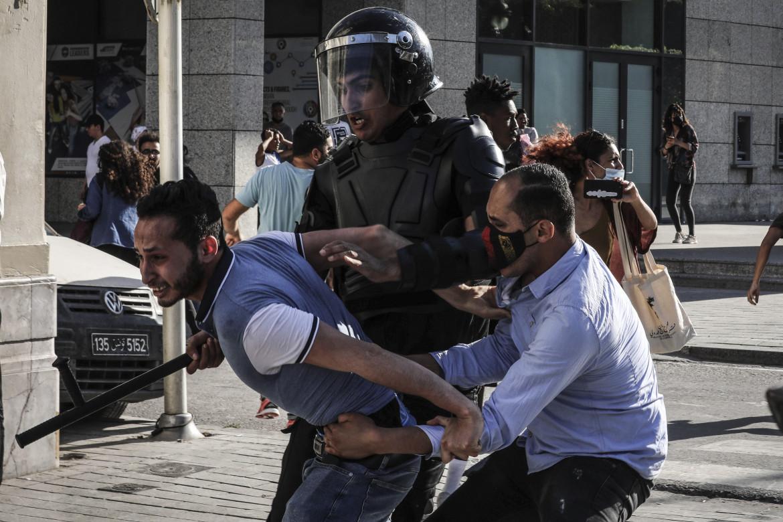 Un manifestante arrestato dalla polizia durante una recente protesta a Tunisi