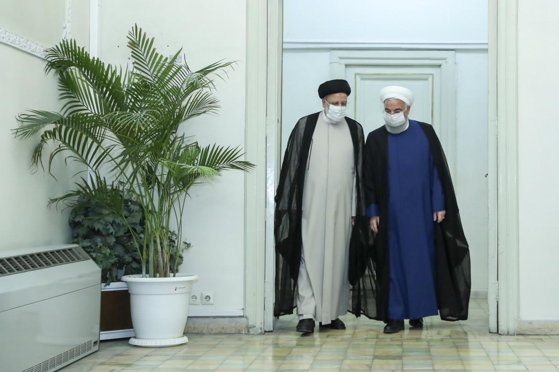 Il passaggio di consegne ieri tra il presidente Rouhani e il suo successore (a sinistra), Ebrahim Raisi