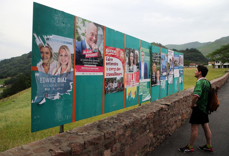 Cartelloni elettorali a Bidarray, nella regione della Nuova Aquitania; in basso Emmanuel Macron e Marine Le Pen in campagna elettorale