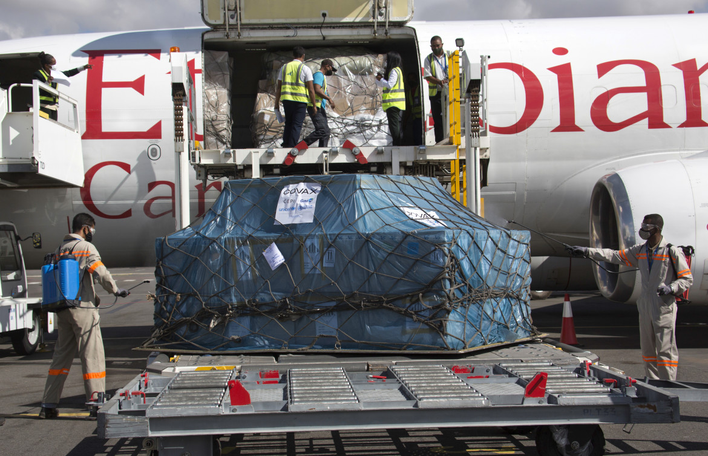 Un carico di vaccini per il piano Covax in arrivo ad Antananarivo, Madagascar