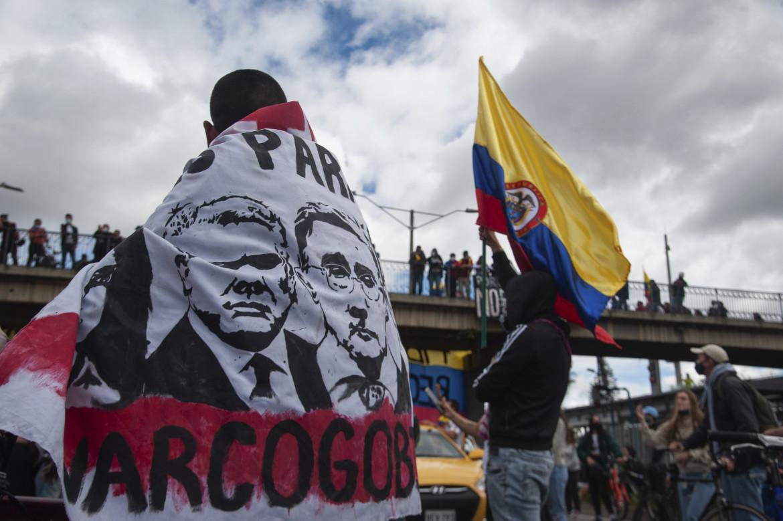 Bogotà, i volti dell'ex presidente Alvaro Uribe e dell'attuale Iván Duque, bersagli privilegiati dei manifestanti