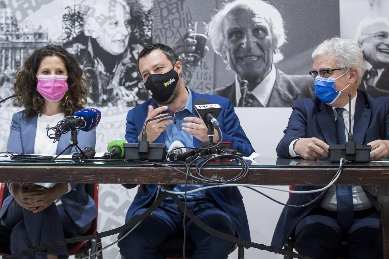 Matteo Salvini eri al centro dei rappresentanti del partito radicale