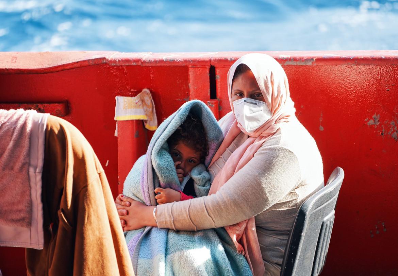 Madre e figlio soccorsi dalla Sea-Eye 4 nella sua prima missione, prima del fermo amministrativo