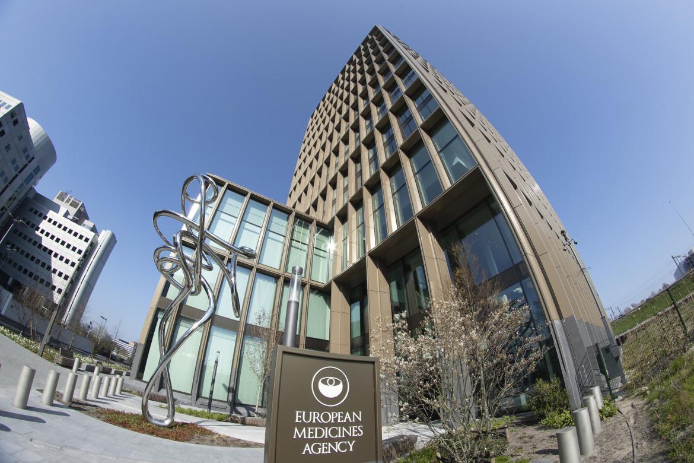 La sede dell'Ema ad Amsterdam, in basso Mario Draghi