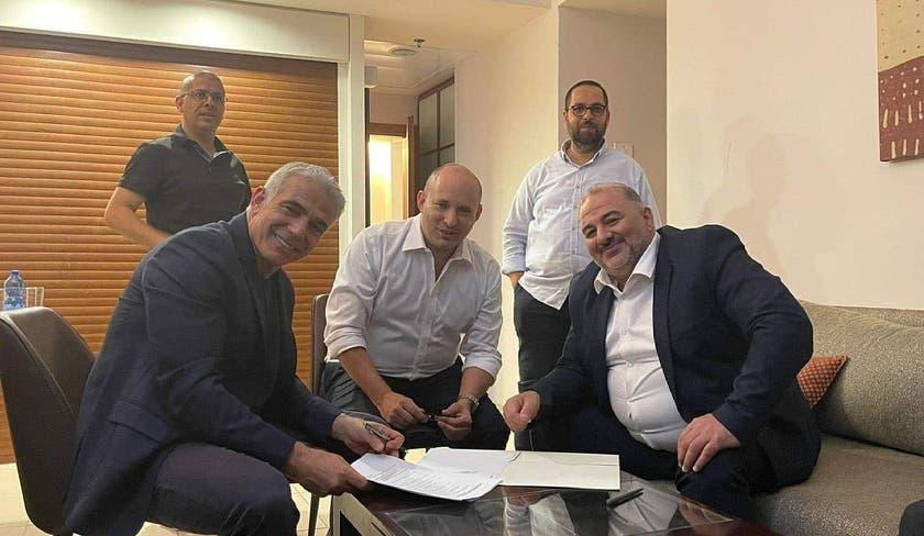 Yair Lapid con i leader degli altri partiti della nuova coalizione