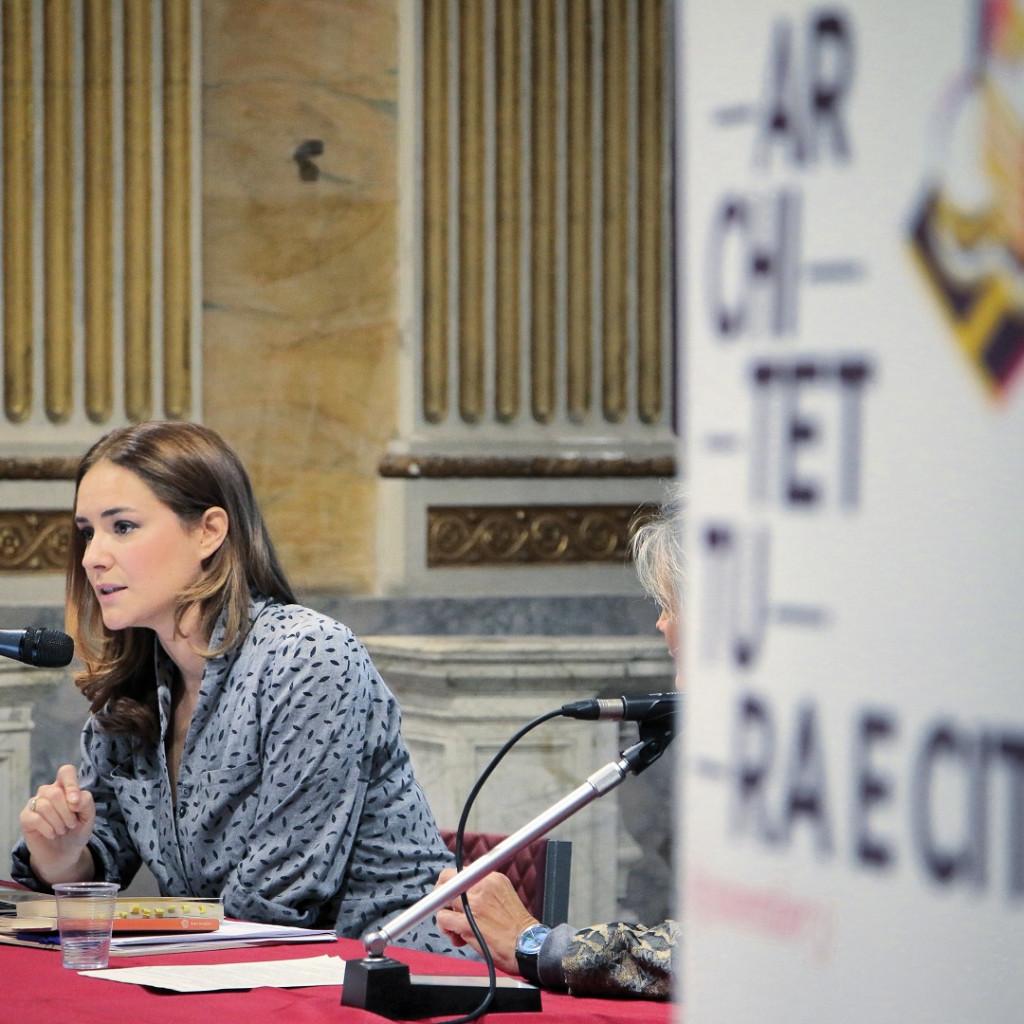 La scrittrice Ester Armanino durante una presentazione