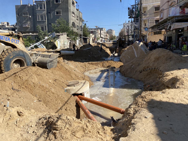 Rete idrica distrutta dai raid aerei israeliani a nord di Gaza city