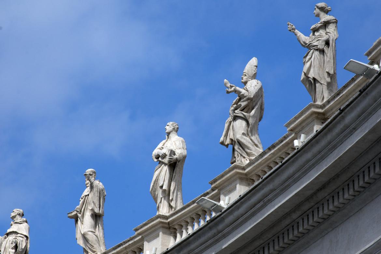 Le statue in cima al colonnato di San Pietro, in basso Pierluigi Consorti