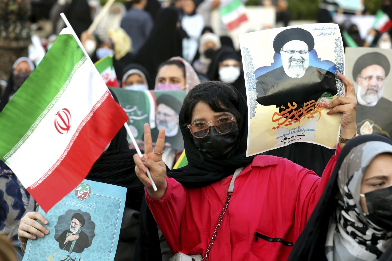 Una sostenitrice del candidato alla presidenza Ebrahim Raisi durante un comizio a Teheran, lo scorso lunedì