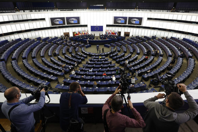 Il parlamento europeo di Strasburgo; in basso una manifestazione per il no ai brevetti