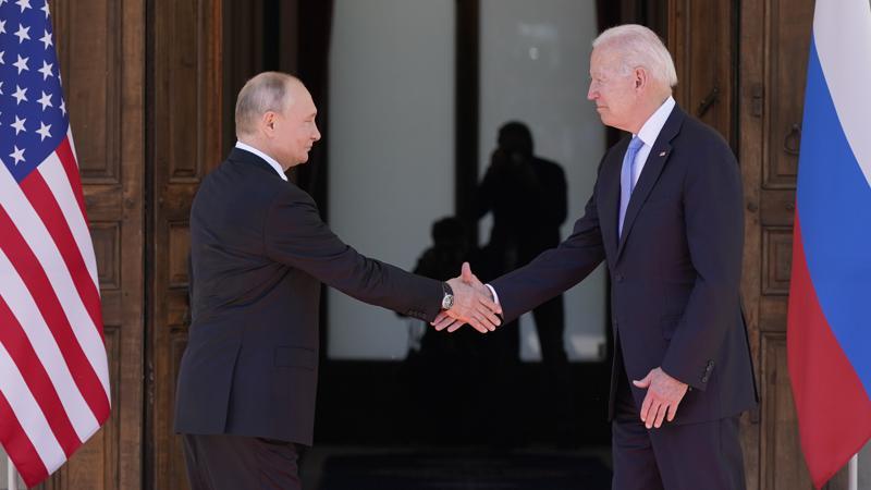 La stretta di mano, ieri a Ginevra, tra Putin e Biden