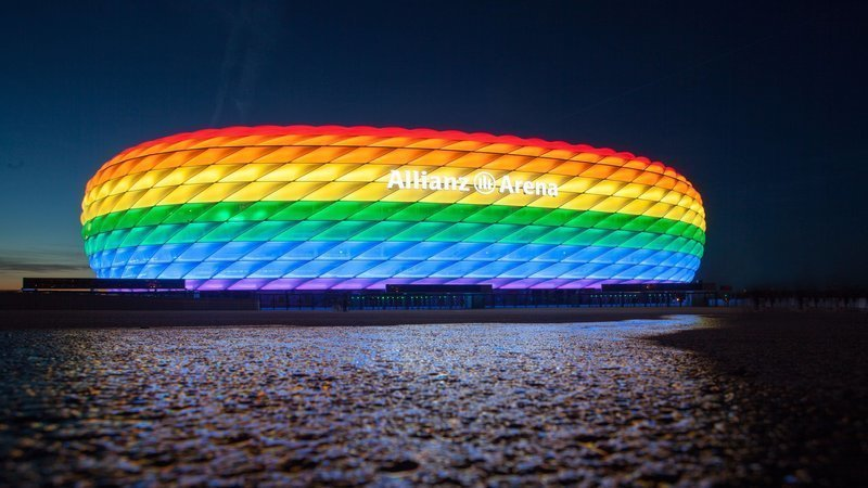 L'Allianz Arena di Monaco colorata con l'arcobaleno