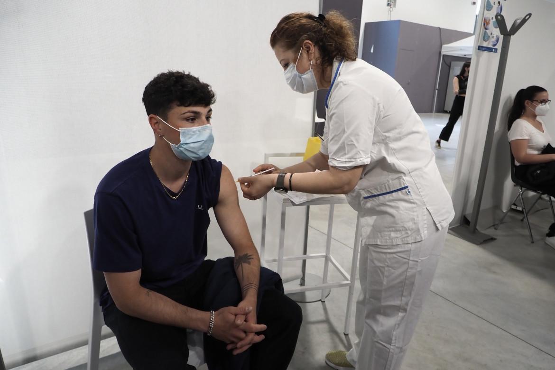 Bologna, vaccinazione nell'hub della fiera il primo giorno di open-day
