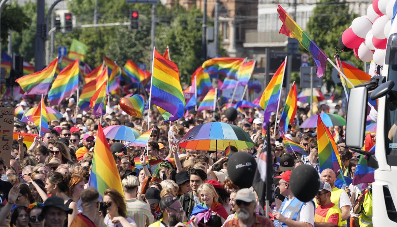 La marcia dell'uguaglianza ieri a Varsavia, in basso il sindaco Rafał Trzaskowski