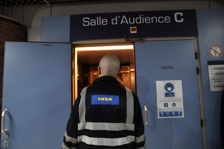 Un dipendente Ikea entra nell'aula del tribunale di Versailles
