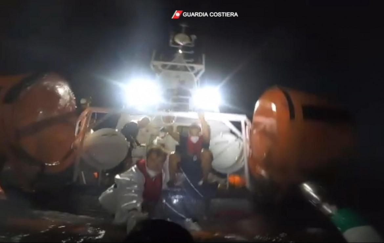 Lampedusa, un momento del soccorso della guardia costiera durante il naufragio di ieri