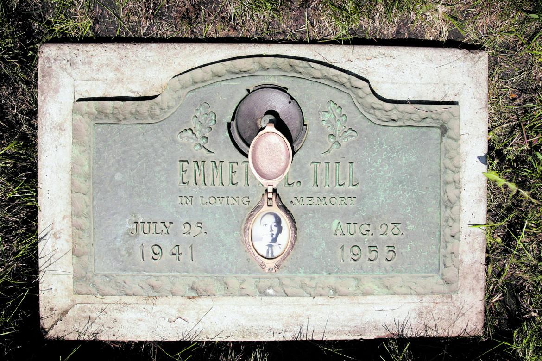La lapide della tomba di Emmett Till nel cimitero  di Burr Oak, ad Alsip, in Illinois, Stati Uniti